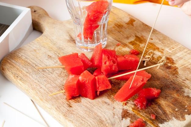 붉게 익은 수박 조각으로 잘 익은 수박의 달콤한 익은 붉은 과육