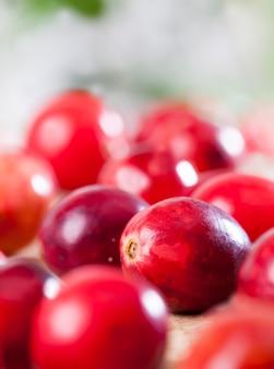 Красные спелые ягоды клюквы на столе