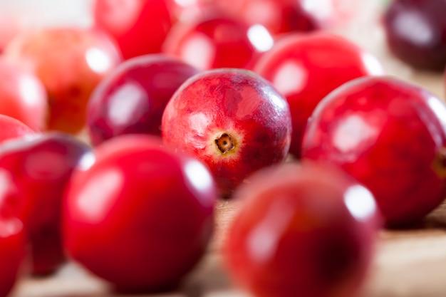 テーブルの上の赤い熟した全ベリークランベリー