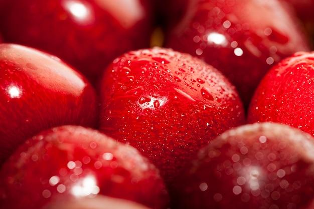빨간색은 수확 중에 나무에서 찢어 진 체리를 익 힙니다. 사진 클로즈업. 도자기 접시에 열매가 놓여 있습니다.
