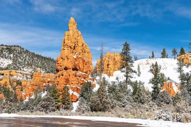 雪のある冬のブライスキャニオン近くのレッドロックキャニオン、ユタ州、米国