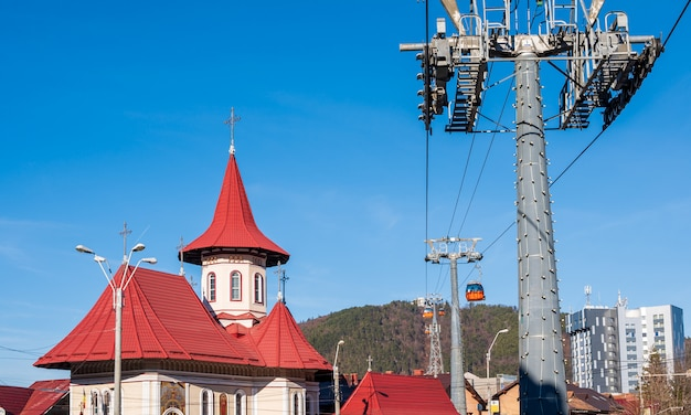 Красная крыша церкви и вид на горы