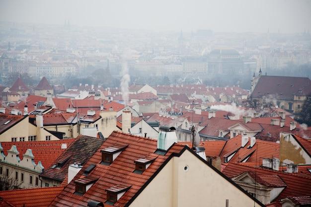 古いプラハの街並みにある赤い屋根の家