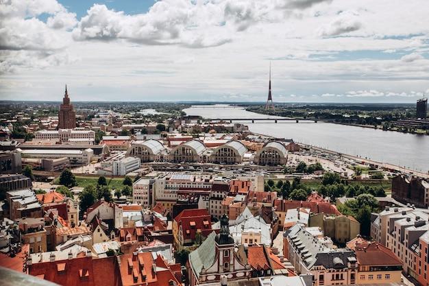 옛 리가의 빨간 지붕. 화창한 여름날에 리가 풍경. 리가, 라트비아의 도시에서 돔 대성당과 daugava 강 구시가의 도시 공중보기
