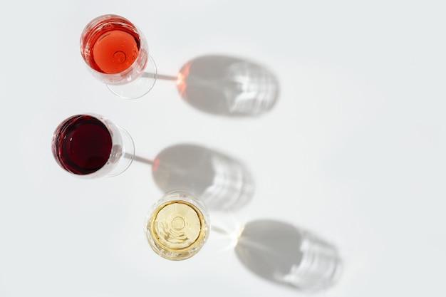 濃い影の赤、バラ、白ワイン。