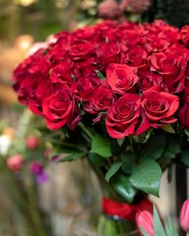赤いバラの花束をクローズアップ