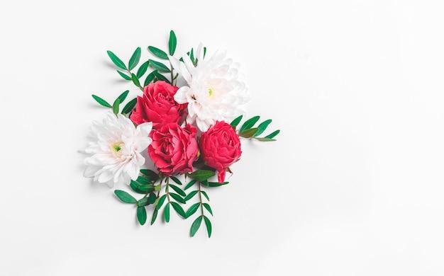 赤いバラの花。クリッピングパスのある白い孤立した背景。自然。クローズアップ影なし。