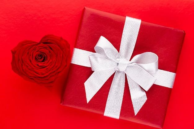 赤いバラのハート形。バレンタインや結婚式の背景。