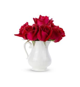 白で隔離される赤いバラの花びら