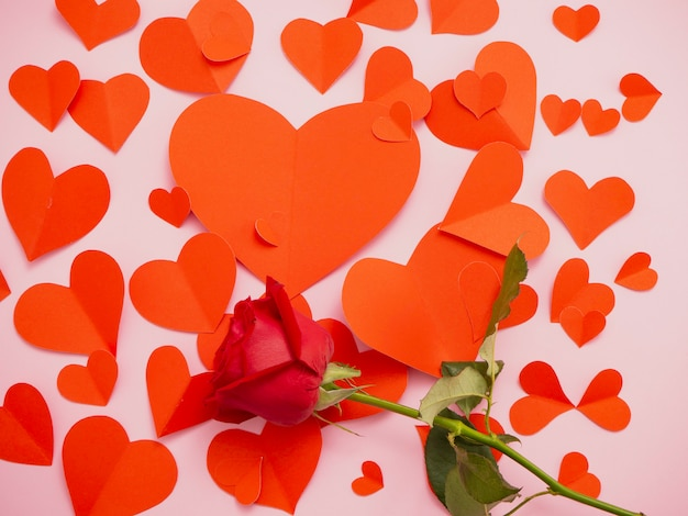 赤いバラとハートの赤い紙があります