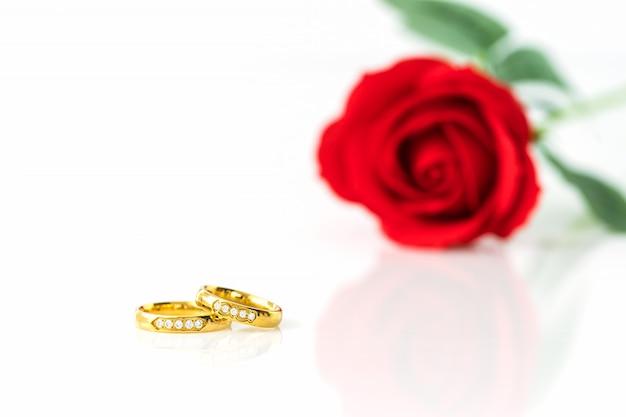 赤いバラと白の金の指輪