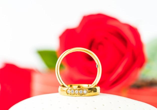 赤いバラと白い金の輪