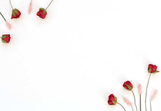 白い背景の上の赤いバラとピンクの花