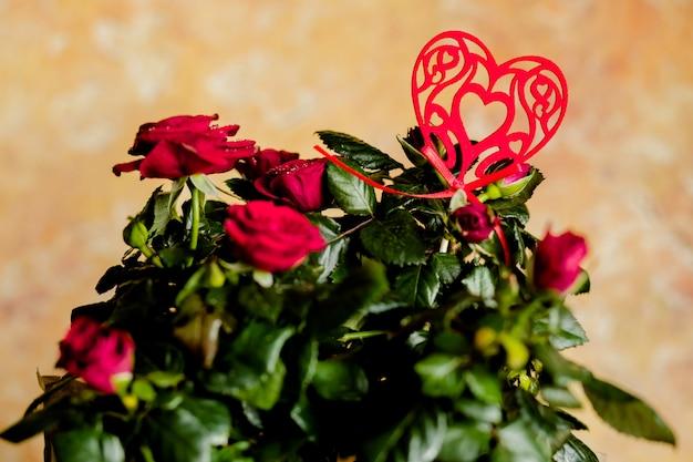 赤いバラと赤いハート。赤い花。心を込めて飾られた新鮮なバラの花束。ご挨拶