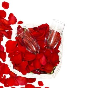 デートのコンセプトとして赤いバラとワイングラス