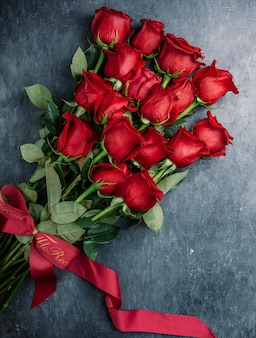 테이블에 빨간 장미 꽃다발