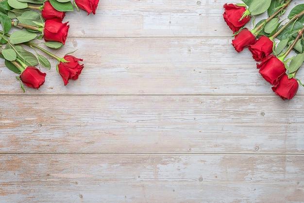 Красные розы в букетах деревянная поверхность макет для открытки-приглашения на день святого валентина 14 ф.