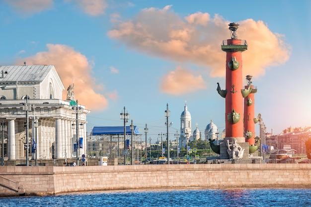 Красные ростральные колонны на стрелке васильевского острова в санкт-петербурге летним утром