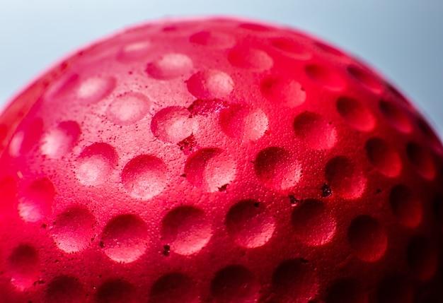 赤いゴムボールのテクスチャ。背景をクローズアップ。