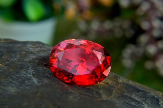 赤いルビーの宝石