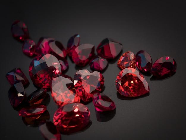 黒いシャイアテーブルに赤いルビー