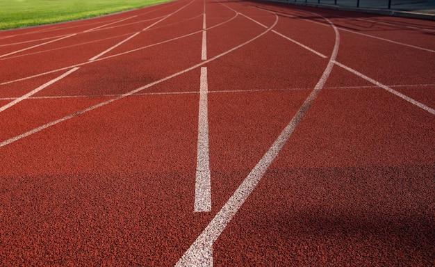 마크업이 있는 경기장에서 빨간색 실행 트랙입니다. 근접 촬영