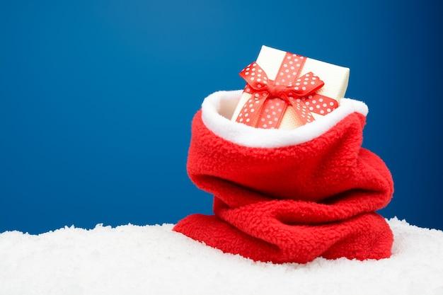 하얀 눈에 선물 빨간 자루