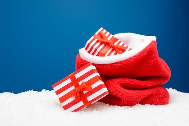하얀 눈에 선물 빨간 자루 프리미엄 사진
