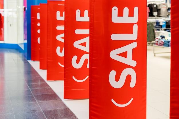 入口の衣料品店の赤い販売ポスター