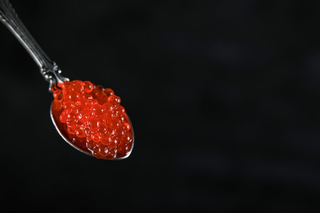 Красная икра в металлической ложке