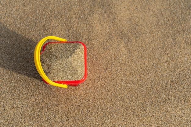 砂の上の赤い砂の城バケツ