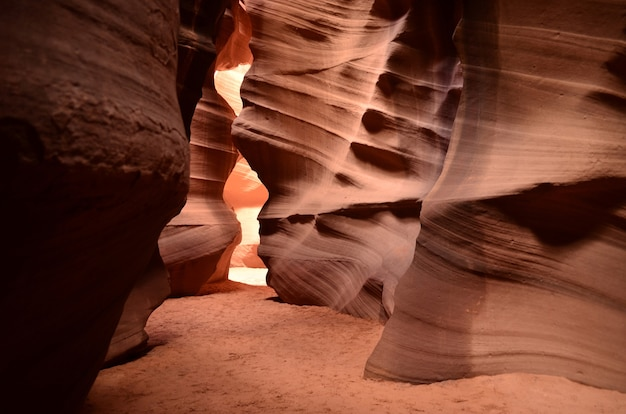 アリゾナの模様のある壁のある赤い砂岩の峡谷。