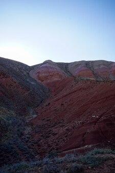 카스피해 대초원 bogdo에 있는 big bogdo 신성한 산의 경사면에 있는 붉은 사암 노두