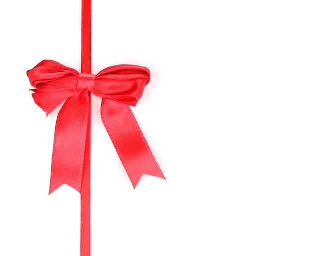Красный атласный бант и лента, изолированные на белом фоне
