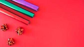 赤いサテンの弓と3つの巻かれた包装紙赤い背景
