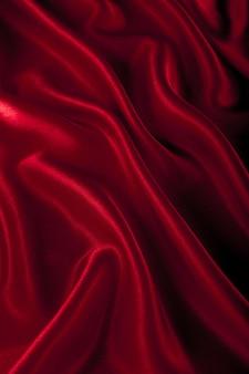 背景として赤いサテンまたはシルク生地