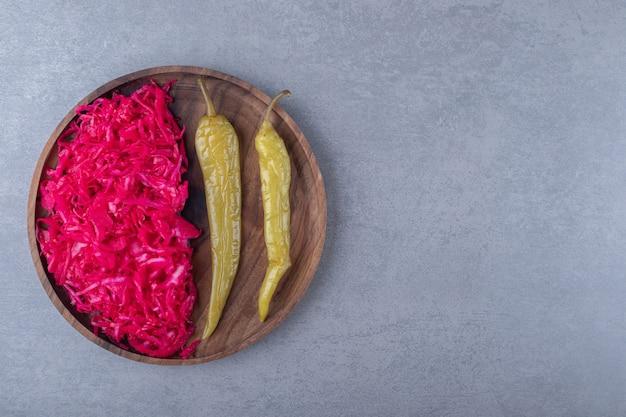 보드에 붉은 소금에 절인 양배추와 고추