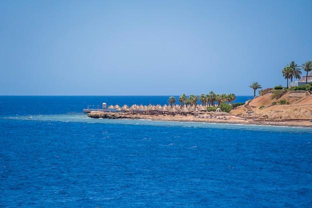 Побережье красного моря и красивый пляж с тропическим курортом в египте, африке