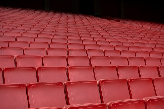 Красный ряд сидений на стадионе