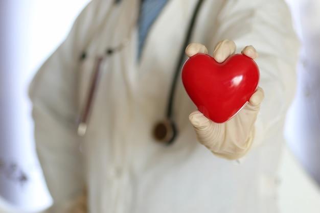 장갑에 의사 손에 빨간 모양 심장