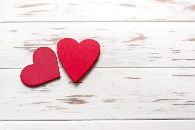 Красная форма сердца на деревянном фоне валентинок с копией пространства.