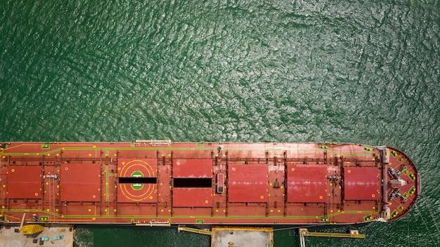 浮きドックの空中写真の赤い船積み修理