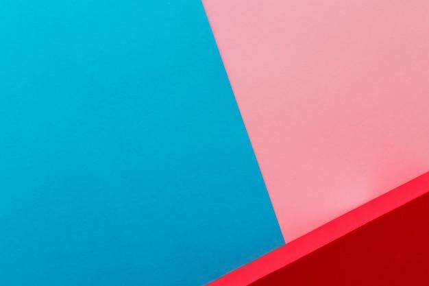 青とピンクの背景に赤い靴箱