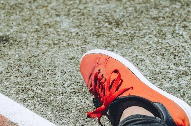 テニスコートの赤い靴