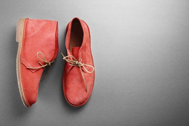 灰色の赤い靴