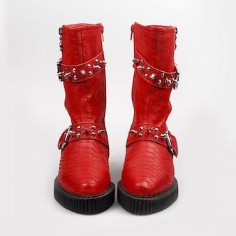 スパイク付きの赤い靴