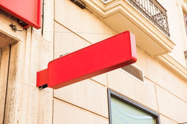 赤い店のサイン