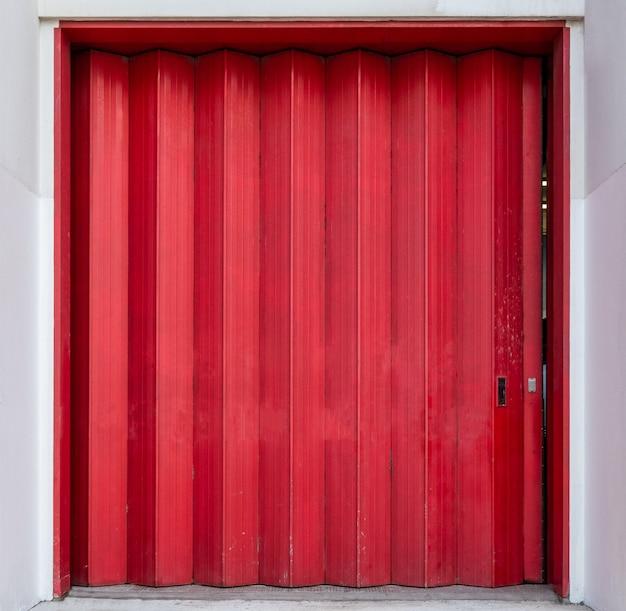 창고의 빨간 셔터 줄무늬 문