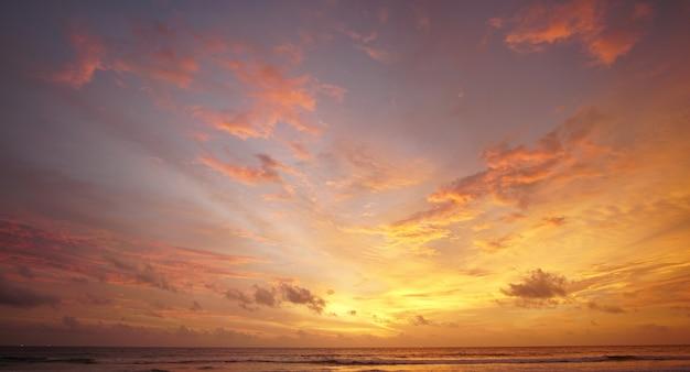 日没時の赤い空と雲