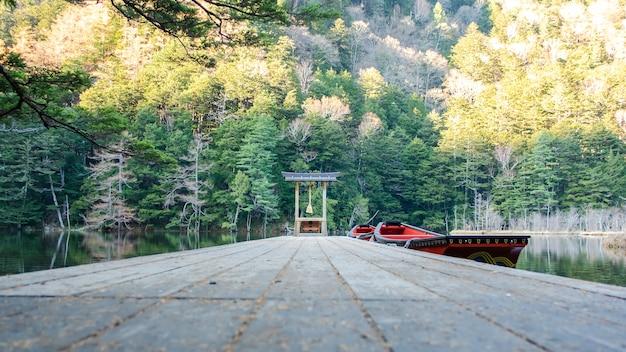 Красный малый синтоистский храм и лодки